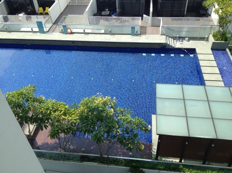 widok na basen w naszym kondominium
