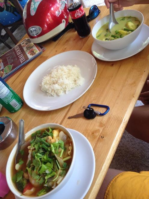 ostre i smaczne - z lewej Tom Kha Gai, z prawej Green Curry