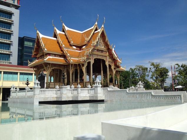 piękna świątynia przy rzece, tuż obok przystani promowej, Siriraj