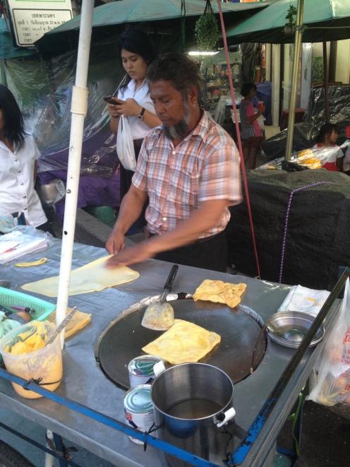 Murtabak, czyli złożony naleśnik z dodatkami. Najlepsze uliczne jadło w południowo-wschodniej azji!